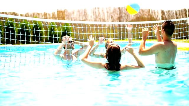 vídeos y material grabado en eventos de stock de personas divirtiéndose en la piscina. - backyard pool