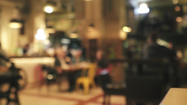 i̇nsanlar barda eğleniyor. - bar i̇çkili mekan stok videoları ve detay görüntü çekimi