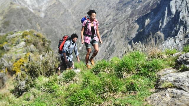 люди, пешие прогулки в гору - турист с рюкзаком стоковые видео и кадры b-roll