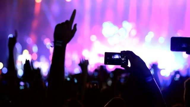 menschen halten smartphones und fotografieren - live ereignis stock-videos und b-roll-filmmaterial