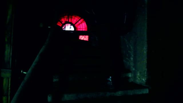 people in abandoned building - сбежавший из дома стоковые видео и кадры b-roll
