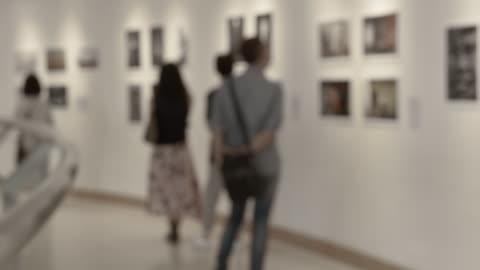 vídeos de stock e filmes b-roll de people in art gallery - arte