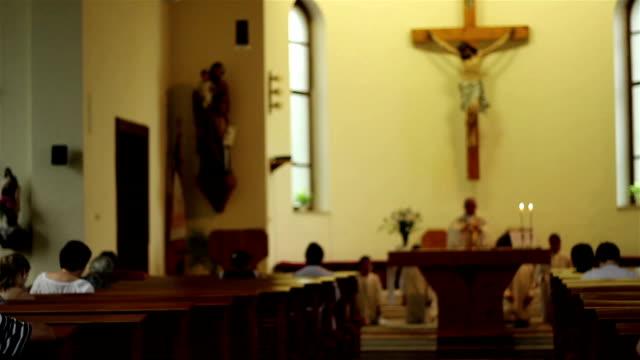 vídeos y material grabado en eventos de stock de personas en bancos medida en church - misa
