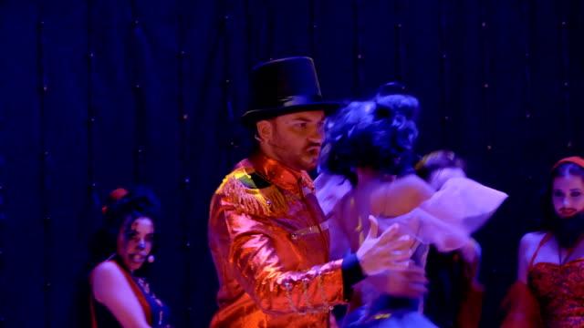 stockvideo's en b-roll-footage met mensen in gekke kostuums die dansen op het kleurrijke podium in theater - vetschmink