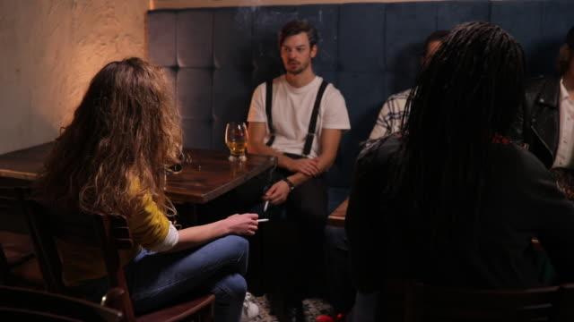 persone al pub - sigaretta video stock e b–roll
