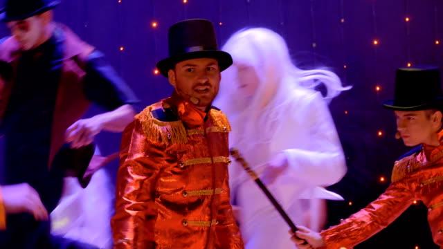 stockvideo's en b-roll-footage met mensen in schilderachtige kostuums zijn dansen en zingen in het moderne theater - vetschmink