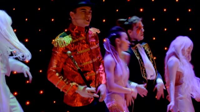 stockvideo's en b-roll-footage met mensen in schilderachtige kostuums dansen op het podium in het theater - vetschmink