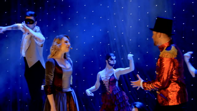 stockvideo's en b-roll-footage met mensen in schilderachtige kostuums voert een moderne voorstelling op het podium in theater - vetschmink