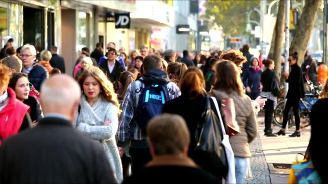 vídeos de stock, filmes e b-roll de pessoas na rua de lojas - dia do cliente