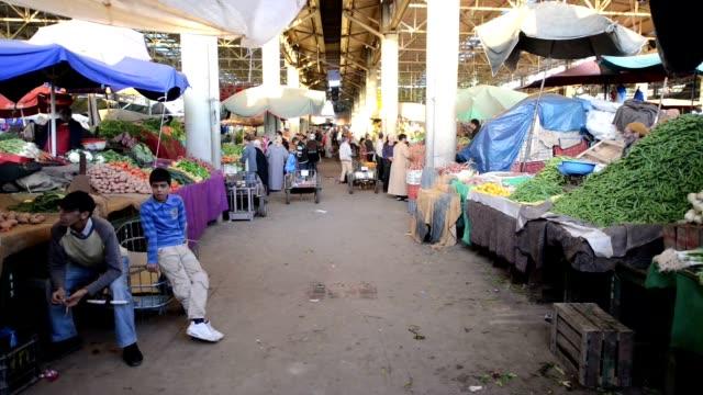 persone in souk el avuto, la più grande bazar di agadir - souk video stock e b–roll