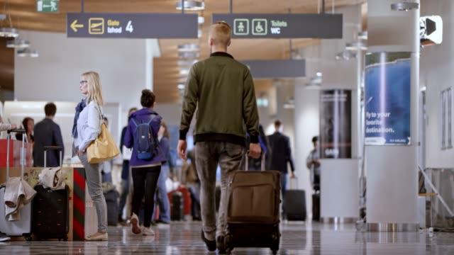 공항 터미널에서 ds 사람들 - 공항 스톡 비디오 및 b-롤 화면