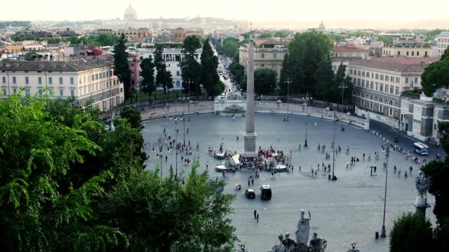persone in piazza divertimento: roma roma piazza del popolo - peter the apostle video stock e b–roll