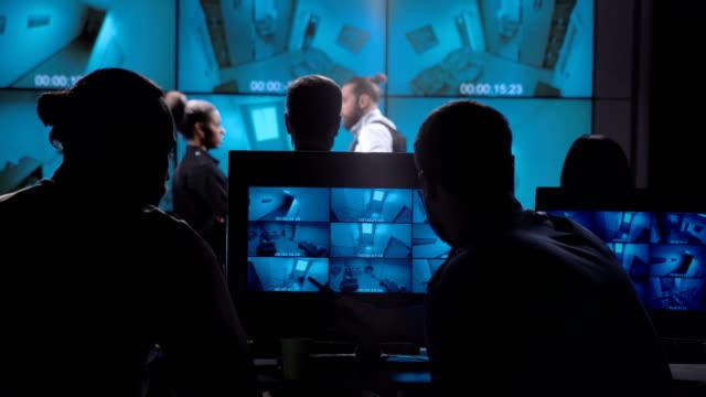 menschen in video überwachungsraum - gefreiter stock-videos und b-roll-filmmaterial