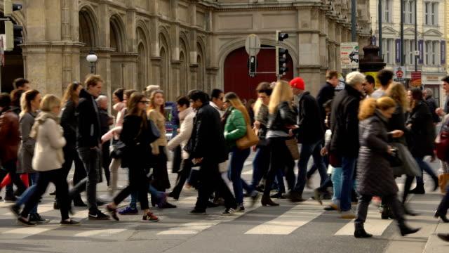 people in vienna - пешеход стоковые видео и кадры b-roll