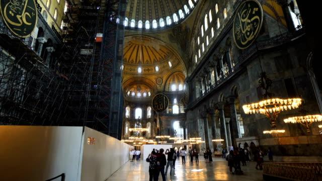 människor inne i hagia sophia eller ayasofya, turkiet. aya sofya är en turistattraktion i istanbul. panorama över den gamla interiören. begreppet resa och semester i istanbul - bulgarien bildbanksvideor och videomaterial från bakom kulisserna