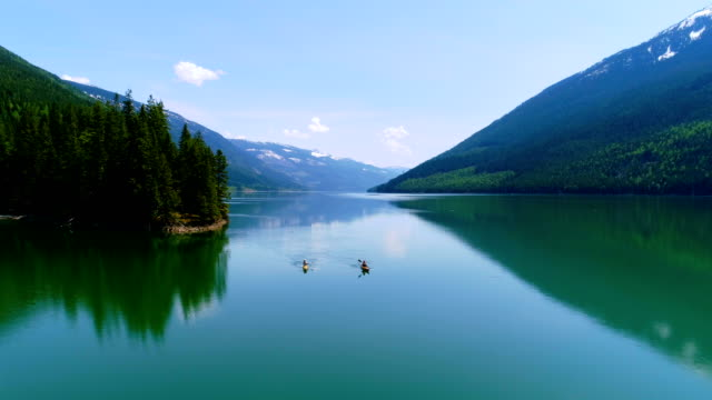 4 k 湖でカヤックの人 ビデオ