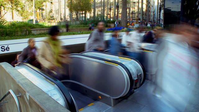 persone lasciare la metropolitana - são paulo video stock e b–roll