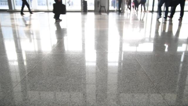 människor ben promenader i kontorslobbyn - golv bildbanksvideor och videomaterial från bakom kulisserna
