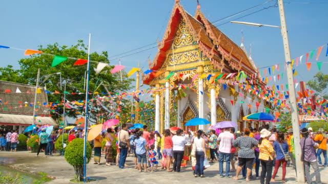 vídeos de stock, filmes e b-roll de tl: pessoas é o seg's parade em songkran festival - ano novo budista