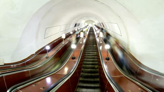 地下鉄タイムラプス hyperlapse のエスカレーターで移動する人々 - 鎖の輪点の映像素材/bロール