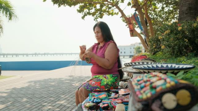 människor native artisan ursprungsbefolkningar kvinna sömnad halm souvenir i panama - halmslöjd bildbanksvideor och videomaterial från bakom kulisserna