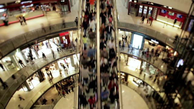 persone su una scale in un centro commerciale - escalator video stock e b–roll