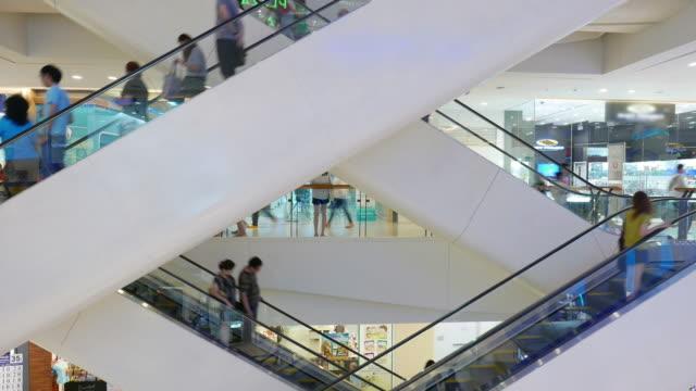 personen auf rolltreppe schnelle - schaufenster stock-videos und b-roll-filmmaterial