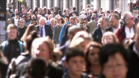 vídeos y material grabado en eventos de stock de personas en oxford calle - multitud