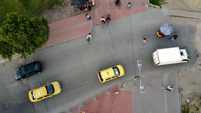 vídeos y material grabado en eventos de stock de personas en las calles tratando de volver a la normalidad - avenida