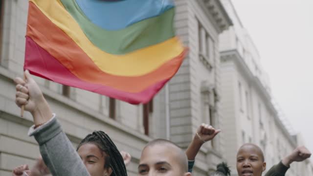 vídeos de stock, filmes e b-roll de pessoas participam da marcha do orgulho gay - lgbt