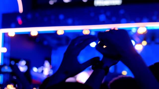 vídeos y material grabado en eventos de stock de la gente de fiesta en la noche concierto de música electrónica en frente de la etapa - electrónica