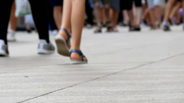 vidéos et rushes de piétons de gens à pied croix grande ville. traces d'une foule de gens allument exerçant dans la métropole - vue en contre plongée