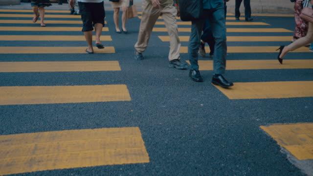 vídeos y material grabado en eventos de stock de peatones personas caminando la intersección de la gran ciudad - señalización vial