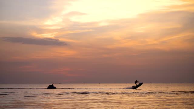 personer som spelar bananbåt vid solnedgången. - pattaya bildbanksvideor och videomaterial från bakom kulisserna