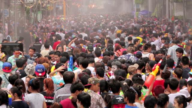 vídeos de stock, filmes e b-roll de pessoas jogando água em songkran festival em silom, bangcoc, tailândia - ano novo budista