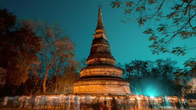 vídeos de stock, filmes e b-roll de povos que praying no templo de wat umong - wat