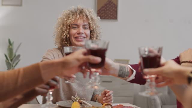 ludzie modlący się przed posiłkiem - four seasons filmów i materiałów b-roll