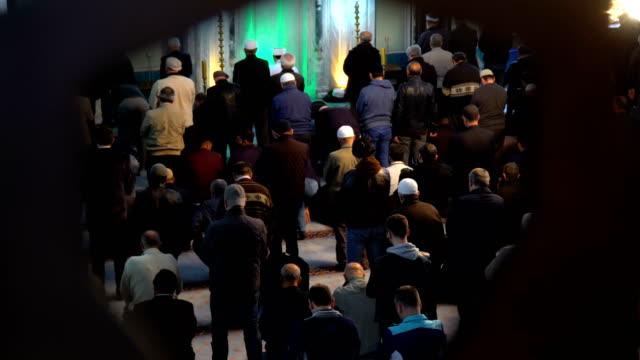 människor som ber tillsammans i moskén - pilgrimsfärd bildbanksvideor och videomaterial från bakom kulisserna