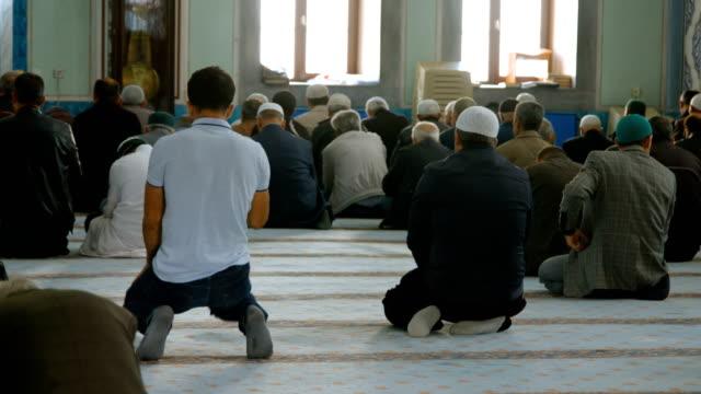 people praying together in mosque - islam filmów i materiałów b-roll