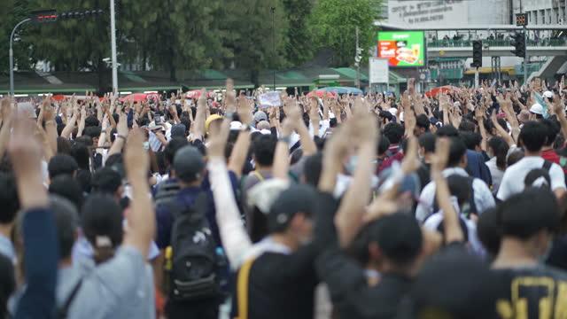 stockvideo's en b-roll-footage met mensen die op een stadsstraten protesteren - aziatische etniciteit