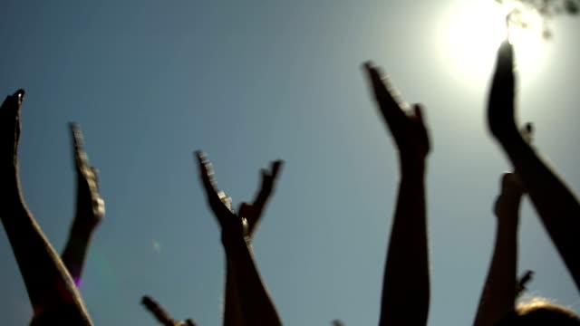 ライブ コンサート、クールなパーティー、エンターテイメントで拍手の手を上げる人 - 観客点の映像素材/bロール