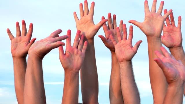 ludzi, podnosząc ręce - podnosić filmów i materiałów b-roll