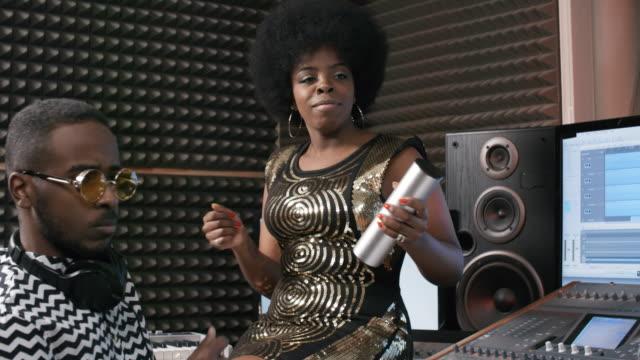 vidéos et rushes de les gens répétant la chanson dans le studio d'enregistrement - instrument à percussion