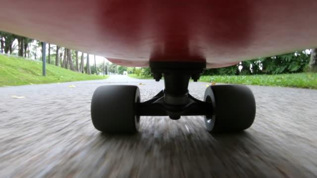 vídeos de stock, filmes e b-roll de pessoas andando de skate no parque ,sob skate pov - pessoas andando de skate no ponto de vista da estrada - cavalgar
