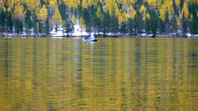 低 Multinskoe 山の湖の水の上のゴム製のボートでボートの人々 ビデオ