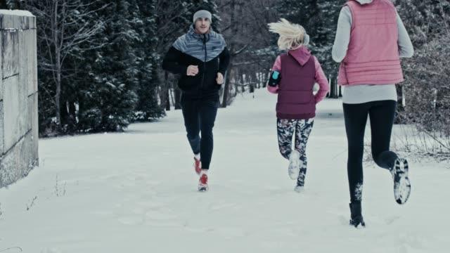 people running on snow - data scritta video stock e b–roll