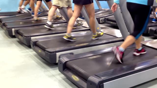 stockvideo's en b-roll-footage met people running on treadmills - fitnessapparaat