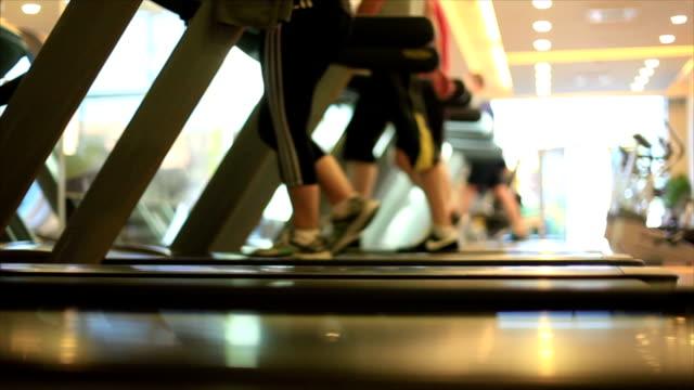 Gens courir sur tapis de course - Vidéo
