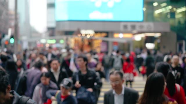 menschen rush in hong kong, zebrastreifen - china stock-videos und b-roll-filmmaterial