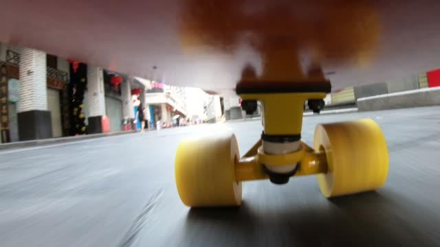 menschen skateboarding auf der straße mit sound - editorial videos stock-videos und b-roll-filmmaterial